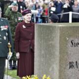 Langfredag var det 150-års dagen for Danmarks nederlag ved Dybbøl. Det blev markeret med deltagelse af blandt andre regentparret, som her ses foran en af krigsgravene.
