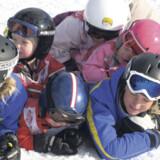 Det er skønt at have hele familien med på skiferie. Men hvordan sikrer man sig, at de mindste lærer at stå på ski, og at se unge ikke slår over i teenage-surhed?