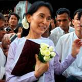 Oppositionsleder Aung San Suu Kyi forlader oppositionens hovedkvarter i Yangon 16. november 2010.