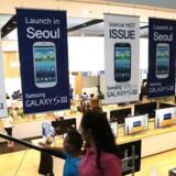Store reklameskilte for Samsungs nye topmodel, Galaxy S III-telefonen, sikrer et godt salg. Foto: Yonhap/EPA/Scanpix