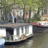 Husbådene findes både som flydende huse og historiske pramme.