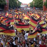Den såkaldte Fan-mil i Berlin, der strækker sig fra Brandenburger Tor og ned ad Strasse des 17. Juni, bliver også sat op til EM. Her til WM i Tyskland.