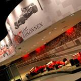Besøgende prøver en tur i rutsjebanen i Ferrari World i Abu Dhabi, der når topfarten 240 kilometer i timen på 4,9 sekunder..