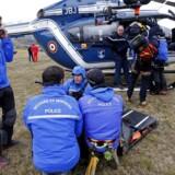 Redningsfolk på arbejde i forbindelse med flykatastrofen i de franske alper, som menes at have kostet 150 mennesker livet.