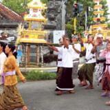 På Bali er begravelsen en god anledning til at fejre de døde. Man danser, snakker og ler, mens den flotte procession går gennem landsbyen.