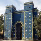 Den berømte Ishtar port, opført af Kong Nebukadnezar (604 - 562 f.Kr.) i Babylon. Den originale port er opstillet på Pergamon museet i Berlin. Irakerne har konstrueret en eksakt kopi (billedet) af indgangen til kong Nebukadnezars paladser.