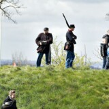 Dannebrog vajede i den kolde aprilvind, militæruniformerne blev luftet, og tusindvis af tilskuere strømmede til, da Danmark fredag markerede et af sine blodigste og smerteligste kapitler i kongerigets historie: Slaget ved Dybbøl i 1864.
