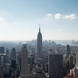 New Yorks skyline på en klar sommerdag.