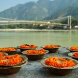 Der ofres til guderne ved Ganges floden.