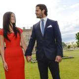 Svenske Prins Carl Philip med sin forlovede Sofia Hellqvist i haven ved det svenske slot i Stockholm