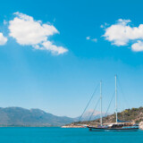 Krise eller ej – havnen på Ægina er smuk.
