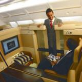 Hver first class passager har (selvfølgelig) mulighed for at lukke døren til suiten. Og i midten af kabinen har man køre en skillevæg op, hvis man vil have fred for sidemanden.