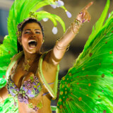 500.000 turister er på plads sammen med begejstrede lokale, når årets store karneval danses i gang i Rio de Janeiro i februar. Her er en danser med i samba skolen Mocidades flåde i 2010.