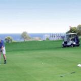 Rø golfbaners New Course på Bornholm har smuk udsigt over Østersøen – og her Bornholms Kunstmuseum.
