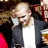Kommunalvalg2013. Thor Möger Pedersen og Mattias Tesfaye tjekker valgresultater på mobilen. (Foto: Bax Lindhardt/Scanpix 2013)