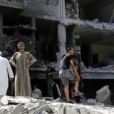 Palæstinensere besigtiger ødelagte huse i det østlige Gaza City lørdag 26. juli.