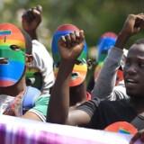 ARKIVFOTO. Danmark bør øjeblikkeligt smække pengekassen i og standse al udviklingsbistand til Uganda, mener Hans Kristian Skibby (DF). Her demonstrerer kenyanere mod Ugandas anti-homolov.