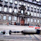 COP15 - En af de gamle lygtepæle ligger væltet på Christiansborg Slotsplads efter demonstrationen Climate No Borders mandag d. 14 december 2009.