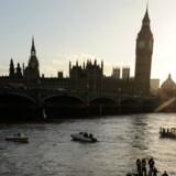 Det navnkundige klokketårn Big Ben ved det britiske parlament er begyndt at hælde.