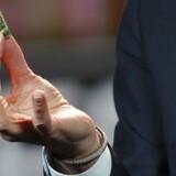 Ericsson-koncernens topchef, Hans Vestberg, fremviser en 4G-/LTE-chip fra ST-Ericsson under sin hovedtale på 2012-udgaven af verdens største forbrugerelektronikmesse, Consumer Electronics Show, i Las Vegas, USA i januar. Arkivfoto: Steve Marcus, Reuters/Scanpix