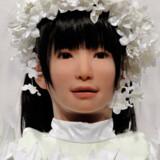 """Også modebranchen gør det i robotter - her er robotten """"Miim"""", som gik med en bryllupskjole til et stort modeshow i Japan, designet af den japanske designer Yumi Katsura."""