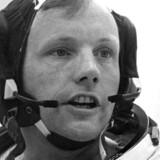 Apollo 11-kaptajnen Neil A. Armstrong under forberedelserne til missionen til Månen. Millioner så med på fjernsynet, da han og besætningen på Apollo 11 satte fod på Månen 20. juli 1969. Neil Armstrong døde lørdag, 82 år gammel.