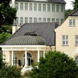 Den smukke villa, Tusculum, der ligger klods op ad Marienborg og lige ud til  Bagsværd Sø, ejes af ejendomsmæglerparret Hanne Nørrisgaard og Peter Norvig.