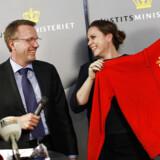 Tidligere justitsminister Morten Bødskov giver en Christianiatrøje til den ny justitsminister Karen Hækkerup ved overdragelsen i Justitsministeriet.