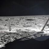 Neil Armstrong skrev sig ind i verdenshistorien den 20. juli i 1969, da han sprang ud af Apollo 11 og udtalte ordene: »This is one small step for man, one giant leap for mankind«.