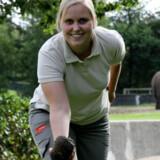 Formidler Anne Kirstine Helledi fra Givskud Zoo viser, hvordan man spiller petanque med elefantlort.