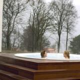 Det gør ikke noget, at luften er kold, når man sidder i den store udendørs bassin, for vandet er dejligt varmt og afslappende.