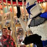 Det britiske forlag Dorling Kindersley trykker bøger for Lego i Kina - angiveligt under kritisable arbejdsmiljøforhold.