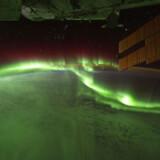 """Her ses Aurora Australis eller """"Syd lyset"""". Billedet er taget af astronauterne på den internationale rumstation (ISS) med et digitalt kamera, mens de gik over Det Indiske Ocean d.17.09.11."""