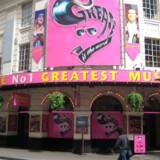 Grease The Musical er disco, snot i håret og rytme i underlivet! Grease spiller for fulde huse på Piccadilly Theatre i London.