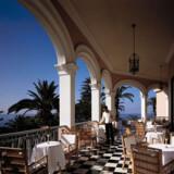 Reid's Palace på Madeira breder sig smukt ned ad klippesiden mod Atlanterhavet.