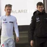 epa04641554 Danish Formula One driver Kevin Magnussen (L), of McLaren Honda, during the pre-season testings at the Montmelo racetrack in Barcelona, northeastern Spain, 28 February 2015. EPA/ALEJANDRO GARCIA