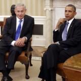 Arkivfoto af USAs præsident Barack Obama (th.) og Israels premierminister Benjamin Netanyahu under et møde i det Ovale Værelse i Det Hvide Hus i september 2013.