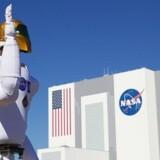 Selvom robotter i rummet bliver en stadig vigtigere del af de store rumprogrammer, vil bemandede missioner ikke forsvinde, vurderer dansk rumfartsekspert.