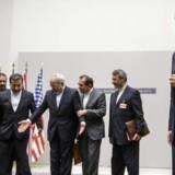 EU's repræsentant for udenrigsanliggende inviteres ind i midten af det foto, der skal dokumentere atomaftalen mellem stormagterne. Til højre i billedet står den franske udenrigsminister Laurent Fabius.