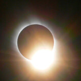 Det er ganske særligt syn, når månen midt på dagen stiller sig foran Solen.