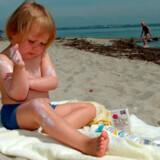 Børn og børnefamilier er gode til at huske solcremen. Det er de to andre S'er, det kniber med: solhatten og siestaen.