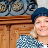 Man føler sig helt som en privat gæst, når man går rundt i Valdemars Slot, hvor baronessen Caroline Flemings egne familiefotos står på kaminhylderne i de flotte saloner.