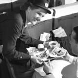 SAS har i utallige år været kendt for sin service og veltilfredse passagerer, men nu går det tilbage for kundetilfredsheden. Her er kik ind i kabinen fra de første efterkrigsår.