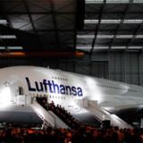 Personalet har samlet sig foran Lufthansas nye Airbus A380 og byder maskinen velkommen i Frankfurt Lufthavn.