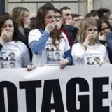 I marts demonstrerede franskmænd med hænderne over munden i sympati med de frihedsberøvede gidsler foran Europe 1 Radio i Paris - det ene gidsels arbejdsplads. Nu kan de fire vende hjem.