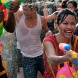 Thailændere og turister i vandkamp i Bangkoks gader den 15. april under det thailandske nytår.