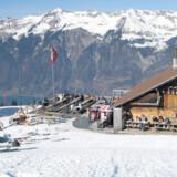 »Hilten Hütte«, ligger vidunderligt på kanten af en bjerghylde i Axalp terrænet med kik til den turkisblå sø dernede i dalen.