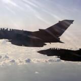 Hvis USA og Storbritannien går ind i den syriske konflikt med militærmagt, kan Danmark meget vel følge med. Også selv om det bliver uden et FN-mandat i ryggen, fastslår statsminister Helle Thorning-Schmidt (S) nu over for TV 2 News. Her ses to britiske Royal Air Force Tornado bombefly under missionen i Libyen.