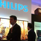 Navnet Philips vil stadig stå på fladskærmene, men Philips selv trækker sig nu ud af TV-markedet. Philips-fjernsynene slog for alvor igennem med den såkaldte ambilight-teknologi, hvor lys fra bagsiden af skærmen danner en ramme rundt om selve TVet og varierer i styrke og farve, afhængigt af hvad der vises på skærmen. Det giver en roligere TV-sening. Arkivfoto: Wolfgang Kumm, EPA/Scanpix