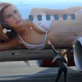 Her står den iraelske top-model Bar rafaeli foran flyet, der også er udsmykket med hende iført hvid bikini.